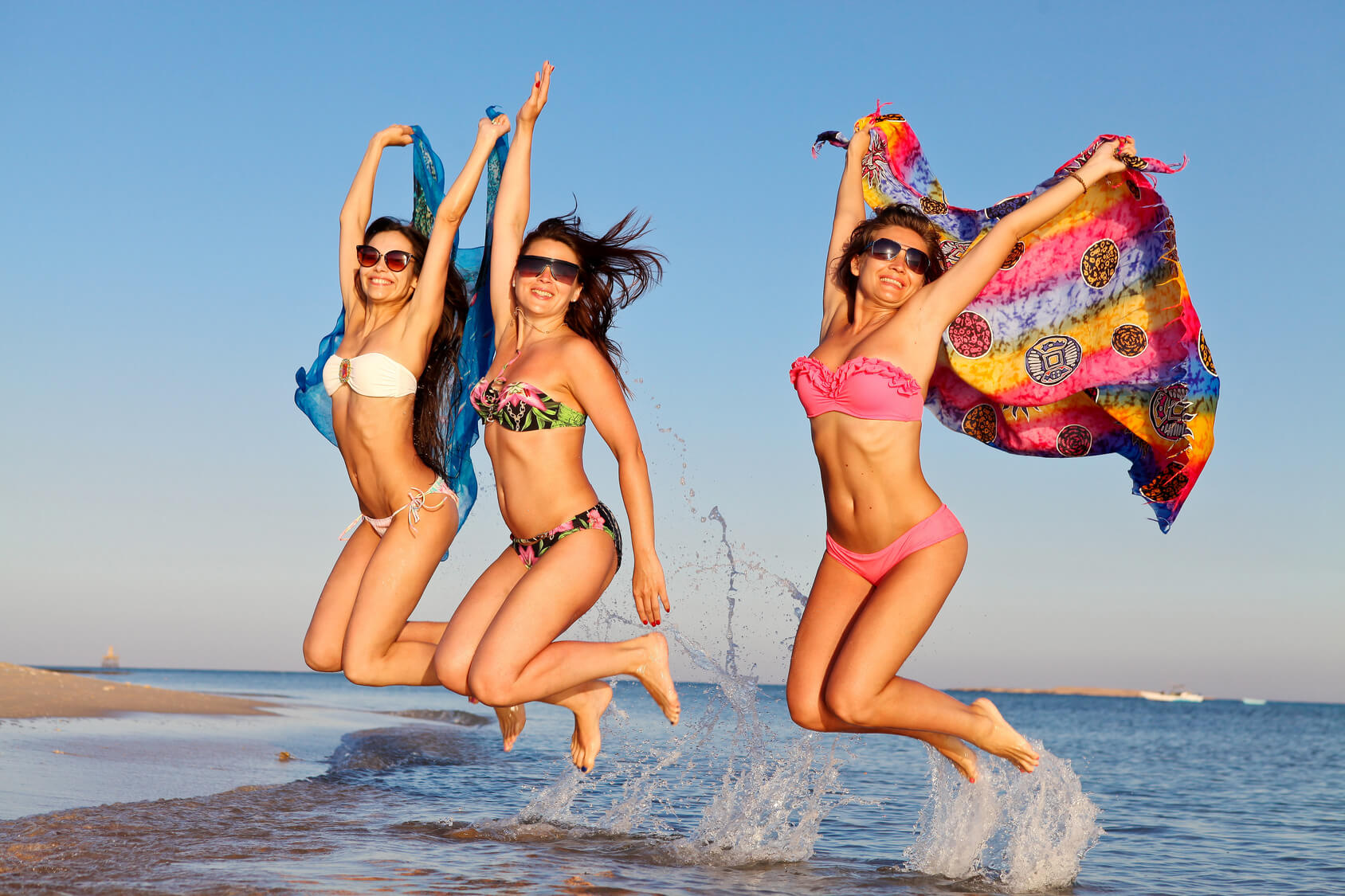 Group-of-girls-jumping-on-the-beach